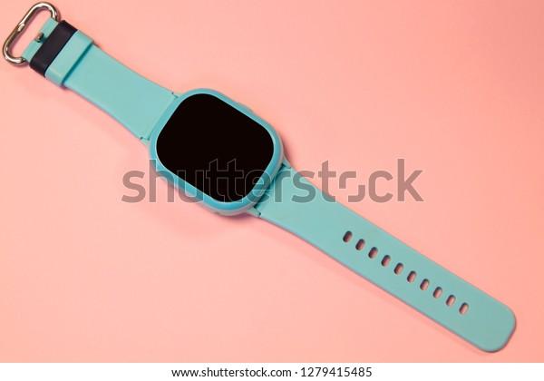 flaches Bild von Kindern, intelligente Uhr auf pastellrosa Hintergrund