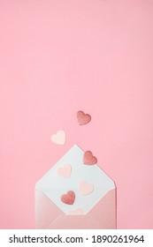 Flat lag auf weichem rosafarbenem Hintergrund mit Herzen. Valentinstag und Hochzeit Konzept. Liebeserklärung.
