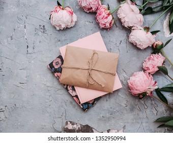 Flache Blumen aus Peelings mit Umschlag. Schöne Blumenzusammensetzung. Hochzeitseinladung