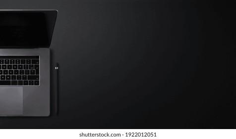 Flachbildschirm-Büroarbeitsplatz mit Draufsicht auf schwarzem Hintergrund.