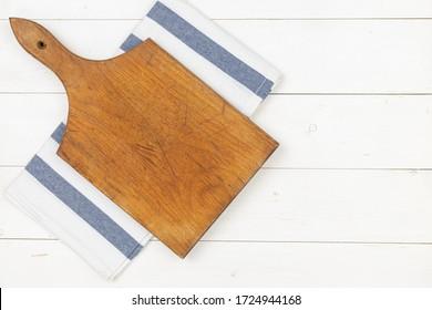 Die runden Küchenbretter sind aus weißem Holz mit flachem Boden.