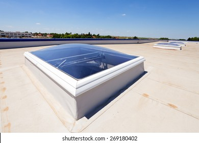 Flat roof with skylight and hydro insulation membranes