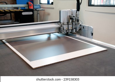 Flatbed cutter/router (cutting plotter). Used to produce weather-resistant signs, posters, POP, display and billboards.