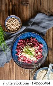 Boulettes de betteraves à l'étuve arrosées d'houmous, de tofu fumé et de ciboulettes