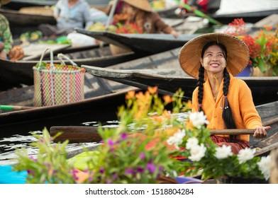Marché flottant le matin au lac Inle, dans l'Etat Shan, Myanmar