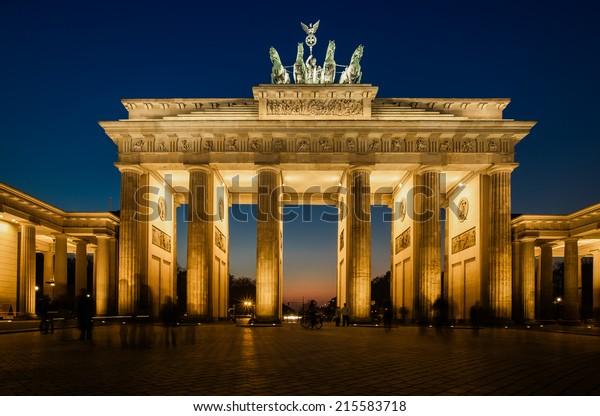 Das Brandenburger Tor in Berlin mit einigen flüchtigen Schatten des anonymen Berliner - Symbol Deutschlands.