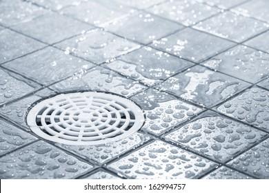 Bodenabfluss, fließendes Wasser mit Dusche, schwarz-weißes Bild
