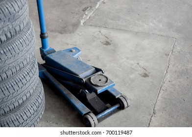 Floor jack with changed tyre.