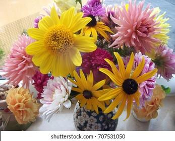 floral arrangement on a table/desk, beautiful, colorful, romantic