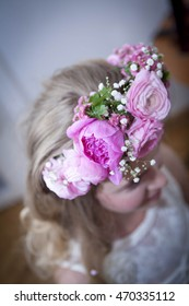 Floral arrangement with pink roses on bride`s head
