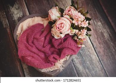 Blumendekoration auf Holzgelände