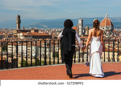 FLORENCE, ITALY, October 23. 2010: Panoramic View On The City With Wedding Pair On October 23. 2010 in Florence, Italy