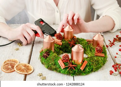 Florist at work: How to make advent table wreath, step by step.
