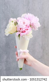 Florist at work: how to make lovely present for wedding guests with roses and eustomas. Step by step, tutorial.