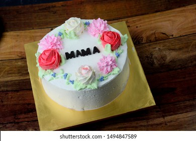Flower rose cake cream decoration on round cake with Mama written on cake
