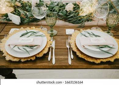 Decoración de mesas de flores para las fiestas y la cena de bodas. Mesa de vacaciones, evento, fiesta o boda en un restaurante.