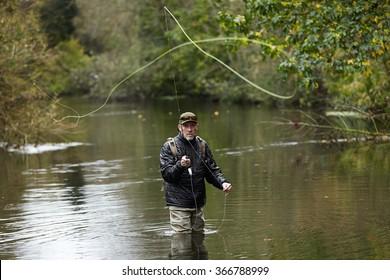 河で釣りをする釣り人