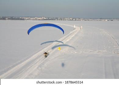 Machine volante survolant une route enneigée au sol et suivant les signaux d'avertissement de danger et de limitation de vitesse