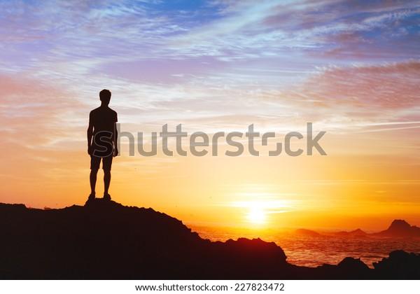 Folgen Sie Ihren Träumen, der Silhouette des Menschen bei Sonnenuntergang