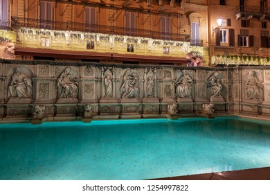 The Fonte Gaia (fountain of joy) at night, monument in Piazza del Campo (Campo square). Siena, Toscana (Tuscany), Italy, Europe