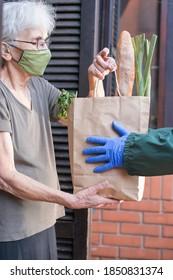 Lebensmittel, die während der Isolation von Epidemien an ältere Menschen geliefert werden