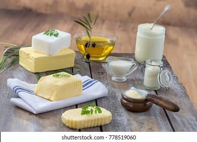 Fette: Set von Milchprodukten und Öl auf Holzhintergrund