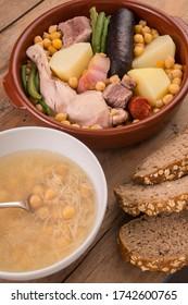 Foto gastronómica con sopa y estofado andaluz