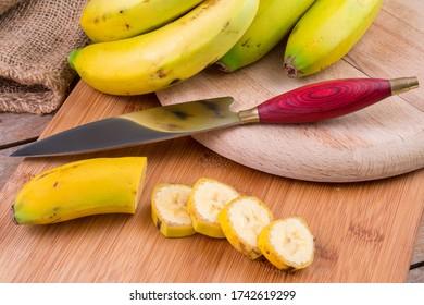 Fotografía de comida con bananas canarias y cuchillo campesino típico de las islas