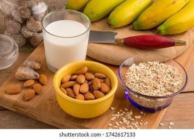 Fotografía alimentaria con vaso de leche, nueces y plátanos de las Islas Canarias