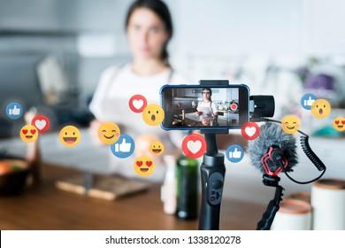 Un vlogeur de cuisine enregistrant une vidéo