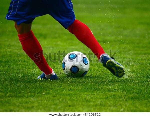Fußballspieler tritt den Ball, freier Kick