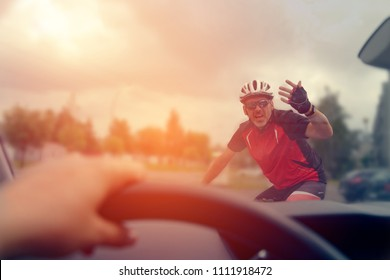 Forcing the right of way on the road for the driver of a car with the participation of a cyclist
