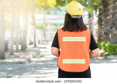 Foreman oversee construction work, wear reflective workwear for work safety. The reflector has a silver reflective reflector and a green reflective kit for a clear view.