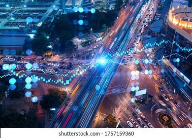 L'hologramme de FOREX et de l'organigramme de la Bourse sur la vue aérienne de la route, la circulation urbaine et animée la nuit. Réseau de jonction d'infrastructures de transport. Le concept de commerce international.