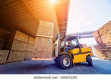 Gabelstapler laden Holz in einen Trockenöfen. Holztrocknung in Behältern. Industriekonzept
