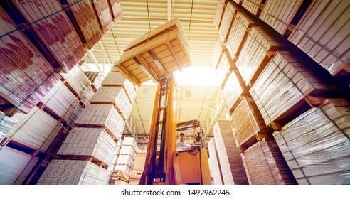 Gabelstapler im Lager Schiffswerft. Vertriebsprodukte. Lieferung. Logistik. Verkehr. Unternehmenshintergrund