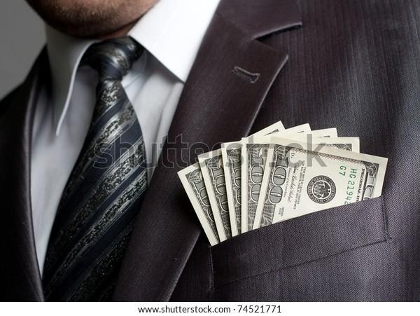 スーツのポケットに稼いだ金を持つ元の実業家