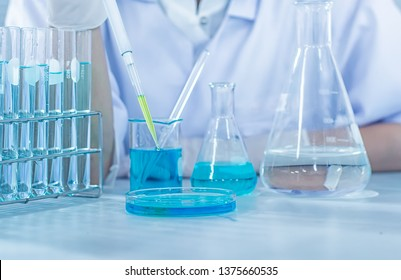 Formulating the chemical for medicine,Laboratory research, dropping liquid to test tube