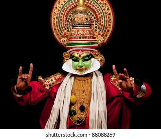 FORT COCHIN, INDIA - FEBRUARY 16: Kathakali performer in the virtuous pachcha (green) role performs in Cochin on February 16, 2010 in Fort Cochin, South India