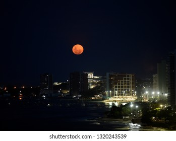 FORTALEZA - CEARÁ, February 20, 2019, super red moon, seen on the Meireles beach in Fortaleza