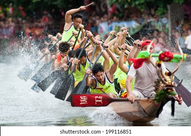 Foshan-June 3:The dragon boat competition held in Fenjiang River, 17 dragon boat to participate, attracting a large number of people to watch, Qingyun team won the first June 3, 2014 in Foshan, China