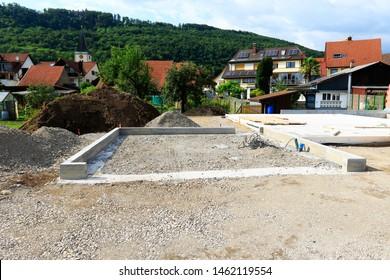 Gründungsarbeiten des Wohn- und Gartenbaus. Keller- und Garagenstiftung für ein neues Einfamilienhaus auf einem neuen Wohnungsgrundstück