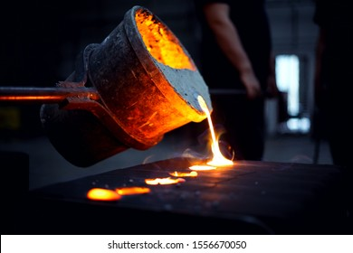foundry. Steel foundry. Molten iron pour from ladle into melting furnace ; foundry porcess