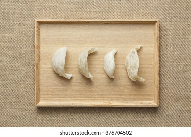 Four bird's nest is arranged on the wooden tray?