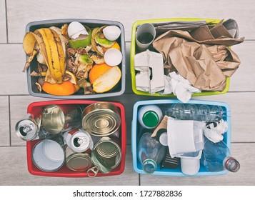 Der vier verschiedene Container zum Sortieren von Müll. für Kunststoff, Papier, Metall und organische Abfälle