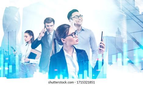 Vier verschiedene Geschäftsleute benutzen Smartphones in abstrakter Stadt mit doppelter Belichtung unscharfer digitaler Graphen. Konzept der Börse und Teamarbeit. Tonbild