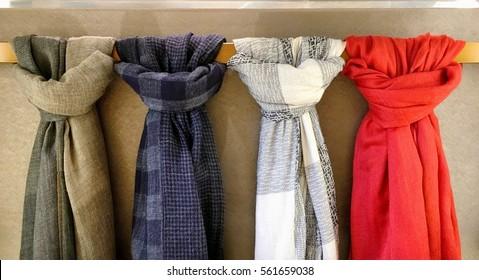 吊り棒に結ばれた4本のスカーフ