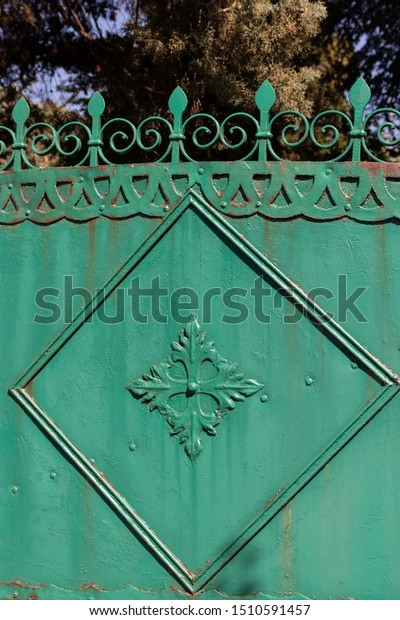 fragment-old-painted-green-gate-600w-151