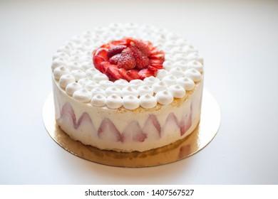 fraise cake whipped  vanilla cram strawberrie cake
