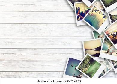 Cadre avec vieux papier et photos. Objets sur planches de bois.